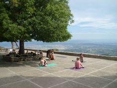Stille retreat i klostret Castell d'Alaro på Mallorca, Spanien   9. - 16. juni 2018  Mange har opdaget den fordybelse, man kan få, når man over en kort  periode med daglig yoga og meditation kun har sig selv i fokus…  Retreat i et gammelt kloster kan betyde en særlig chance for at opleve indre fred og ro.