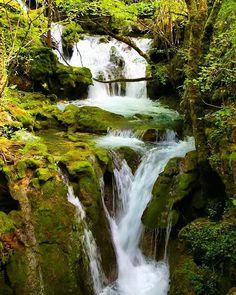 Una de las muchas cascadas en el río Urederra, cerca del pueblo de Artaza, sierra de Urbasa, #Navarra. (By @koos.lock / Instagram)