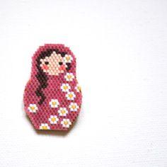 Adorable broche matryoshka poupée russe rose tissage delica miyuki collection fleurs