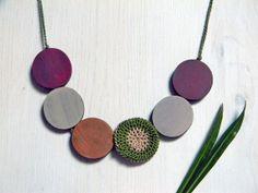 Statement wood necklace. Earth colors. Green burgundy von ylleanna, €30.00