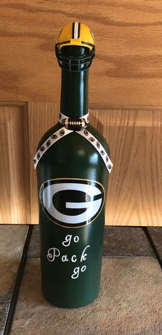Green Bay Packer Upcycle Bottle Detergent Bottle Crafts, Liquor Bottle Crafts, Liquor Bottles, Glass Bottles, Wine Bottle Centerpieces, Bottle Candles, Bottle Painting, Bottle Art, Ningxia Red