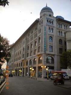 IV. VAKIF HANI - 1926 İSTANBUL, Mimar: Kemalettin Bey / I.Ulusal Mimarlık. Boyutları, özenli tasarım ve işçiliği, kente yaptığı olumlu katkı, bir dönemin mimari anlayışını yansıtan görkemli cephesiyle Mimar Kemaleddin Bey'in başyapıtı olan Dördüncü Vakıf Hanı, 17.07.2006 tarihinde Legacy Ottoman otel olarak hizmete açılan yapının çatısında son dönemde yapılan restorasyon esnasında pencereler açılmıştır.