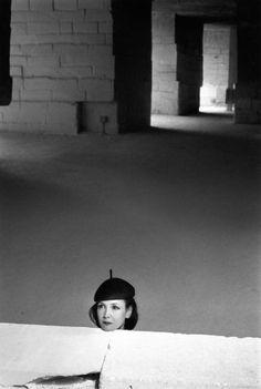 Sabine Azéma aux Baux de Provence  1991  ¤ Robert Doisneau   Atelier Robert Doisneau  Galeries virtuelles desphotographies de Doisneau - Ciném'Azéma