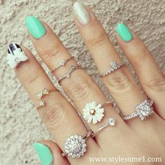 LOVE the daisy ring. Rings Tumblr, Jewelry Box, Jewelry Accessories, Jewellery, Hand Jewelry, Mint Nails, Daisy Ring, Cute Rings, Pretty Rings