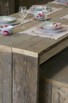 Stevig uitgevoerde basis tafel gemaakt van gebruikt steigerhout, leverbaar met bijpassende bank en krukjes www.houtenzo.com