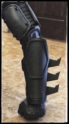 Batman Arkham Origins Gauntlets by CrimeAlleyCosplay on Etsy Nightwing Cosplay, Batman Cosplay, Superhero Cosplay, Cosplay Armor, Batman Armor, Batman Suit, Batman Costumes, Cosplay Costumes, Eva Foam Armor