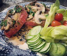 É o que temos pra hoje... contra filé com cogumelos paris na manteiga  salada.  #jantinhabásica #diaadia #lowcarb #lchf #atkins #carne #malpassado #meat #meatlover #champignon #cogumelos #mushrooms #manteiga #butter #realfood #comidadeverdade #pitadanatural by eduardokintschner