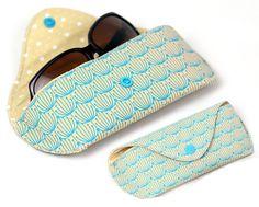 Nachdem mir meine Sonnenbrille nun schon wieder in der Tasche zerkratzt ist, musste ein Schutz her: Nähanleitung inkl. Schnittmuster im PDF-Format für ein schützendes Etui für deine Brille oder Sonnenbrille. Super fix in unter einer halben Stunde genäht. Ausführlich wird jeder Arbeitsschritt beschrieben, 50 Farbfotos zeigen dir Schritt für Schritt den ganzen Prozess zum Nähen eines Brillenetuis. Damit ist die Nähanleitung auch für Nähanfänger geeignet.  Umfang der Nähanleitung Brillenetui…