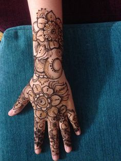 Follow @naazi_henna #henna  #mehndidesigns  #designmehndi #bridalmehndi  #bridalmehndidesigns Henna Mehndi, Hand Henna, New Mehndi Designs, Hand Tattoos, Arm Tattoos