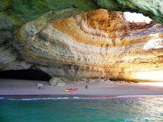 Fin de semana de chicas en un paraíso cercano - via Hola 21.07.2015 | De vez en cuando apetece despejarse de todo y planificar un fin de semana con amigas que combine diversión, sol, playa, acantilados espectaculares, buena gastronomía, cultura y, sobre todo, muchas risas. Si es así, el Algarve es un paraíso muy cerquita de casa perfecto para desconectar ¡que nos lo merecemos! #algarve #portugal #viajes #turismo Foto: Grutas, Benagil, Algarve
