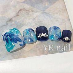 Foot定額アートサンプル✨... ネイルデザインを探すならネイル数No.1のネイルブック Pretty Toe Nails, Cute Toe Nails, Gorgeous Nails, Beautiful Nail Art, Pedicure Nail Art, Toe Nail Art, Nail Art Diy, Classy Nails, Simple Nails
