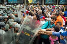 """""""No más dictadura, queremos libertad"""" es la consigna que se escucha en las diferentes vías Por: Sabrina Martín Autogolpe de Estado en Venezuela: Caracas, Los Teques estado Miranda, Vargas, Carabobo, Anzoátegui; son parte de los estados que se co"""