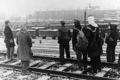 """Selbsthilfe: Auf einem Güterbahnhof warten Menschen auf mit Kohlen beladene Güterzüge, um sich selbst zu versorgen (Foto von Januar 1947). Da die Kohlediebstähle besonders im Kölner Raum nach der Silvesterpredigt von Erzbischof Frings sprunghaft angestiegen waren, baten ihn die Militärbehörden, den organisierten Diebstahl öffentlich zu verurteilen. Am 14. Januar 1947 erschien eine offizielle Erklärung des Erzbischofs mit dem Titel """"Die Grenzen der Selbsthilfe"""". Kalter Winter, World War Ii, Black White Photography, Self Help, Vintage Photos, Waiting, January, World War Two, Wwii"""