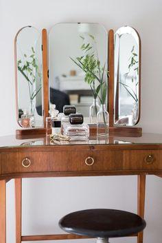 Ton sur ton (PLANETE DECO a homes world) : Amazing vanity with trifold mirror Vintage Interior Design, Decor Interior Design, Interior Decorating, Interior Modern, Vintage Interiors, Home Bedroom, Bedroom Decor, Master Bedroom, Makeup Table Vanity