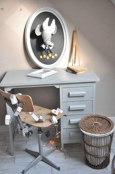 Trophée souris, bureau, chaise et poubelle vintage dans la chambre d'Opale!
