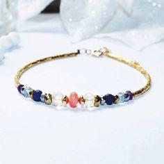 Bracelet pierres fines violet, doré, corail, bleu, transparent et plaqué or gold filled : Bracelet par lomea