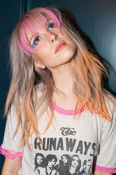 Hayley Williams Wavy Ash Blonde Choppy Bangs, Colored Bangs, Long Layers, Peek-A-Boo Highlights, Tri-Color Hairstyle Hayley Paramore, Paramore Hayley Williams, Haley Williams Hair, Hayley Williams Style, Clairol Hair Dye, Colored Bangs, Good Dye Young, Beautiful People, Pretty People