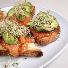 Mes tartines fétiches (4 pour moi toute seule sinon je me jette sur une tartine de Nut' au goûter ! ) avec une petite variante : - saumon frais mariné avec sauce soja sucrée + qq gouttes d'huile de sésame + fleur de sel + poivre - par dessus : avocat + graines germées d'alfalfa + graines de sésame #bonapp