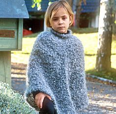 Poncho in Puddel with neck and legwarmers in Karisma Superwash ~ DROPS Design Poncho Knitting Patterns, Loom Knitting Projects, Knitted Poncho, Free Knitting, Baby Knitting, Sweater Patterns, Yarn Projects, Toddler Poncho, Girls Poncho