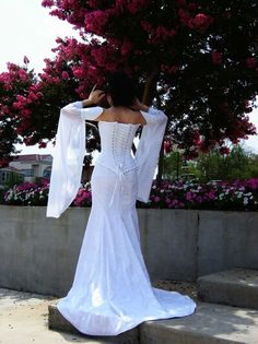 Celtic wedding dress, back view from: http://www.medievalbridalfashions.com/celtic_maiden.htm