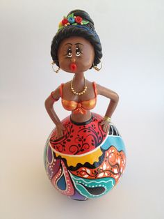 Boneca confeccionada em cabaça pintada e modelada a mão, uma linda peça de decoração única :-)