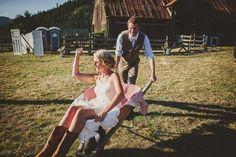 Hochzeitsidee – Ländliche Hochzeit mit Schubkarren http://www.optimalkarten.de/blog/hochzeitsidee-landliche-hochzeit-mit-schubkarren/