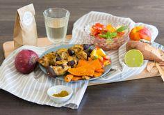 Putenspieße und Süßkartoffeln vom Grill mit Tomaten-Nektarinensalat. #homeeathome #salad #turkey