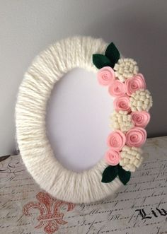 Items similar to Yarn Wrapped Picture Frame / Photo Frame / Modern Decor / Cotta.- Items similar to Yarn Wrapped Picture Frame / Photo Frame / Modern Decor / Cottage Decor / Felt Flowers on Etsy Diy Crafts Hacks, Diy Home Crafts, Diy Arts And Crafts, Creative Crafts, Felt Crafts, Photo Frame Decoration, Picture Frame Crafts, Photo Frame Ideas, Picture Frames
