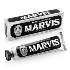 Marvis Tandpasta Amarelli Licorice 75 ml Description: De Marvis Tandpasta Amarelli Licorice tandpasta is de eerste tandpasta met dropsmaak. Flavored Toothpaste, Pasta, Male Grooming, Bottle Packaging, Teeth Cleaning, Skin Care, Boutique, Things To Sell, Men's Fashion