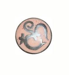 Noosa Amsterdam chunk AUM. Dit hindoe symbool vertegenwoordigt de drie toestanden van de mens: waken, slapen en dromen. Het dragen van dit amulet helpt om rust en vrede te vinden - NummerZestien.eu