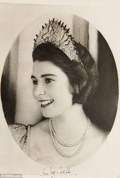 Princess Elizabeth before becoming Queen Elizabeth II. So pretty this picture for the Queen Elizabeth II. Royal Crowns, Tiaras And Crowns, Windsor, Young Queen Elizabeth, Reine Victoria, Queen Victoria, Die Queen, Estilo Real, Isabel Ii