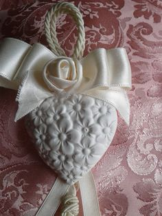 SEGNAPOSTO CUORE E ROSELLINA, by Rosy e Mary, 1,80 € su misshobby.com Wedding Favours, Diy Wedding, Wedding Gifts, Handmade Christmas, Christmas Diy, Christmas Ornaments, Plaster Crafts, Burlap Bags, How To Make Clay