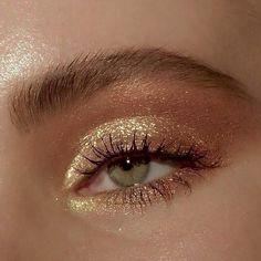 golden glam goldener Zauber hacks for teens girl should know acne eyeliner for hair makeup skincare Gold Eye Makeup, Glowy Makeup, Cute Makeup, Smokey Eye Makeup, Pretty Makeup, Eyeshadow Makeup, Natural Makeup, Glitter Makeup, Easy Makeup