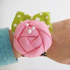 Pincushion Cuff Could this be a project for your quilt class. I think it's really cute!!