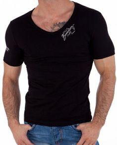 """Tøff svart t-skjorte ved halsen og """"california"""" trykk på høyre arm. T-skjorten er slim fit og laget av 95% bomull og 5% elwstan. Normal i størrelsen. Farge: Svart"""