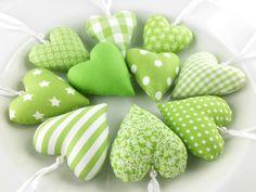 Schöne Herzen zur eigenen Dekoration oder für einen lieben Menschen Deiner Wahl!  10 Herzen in grün aus unterschiedlichen Baumwollstoffen, mit Wachsperle und Aufhängung! Größe 6,5x7cm