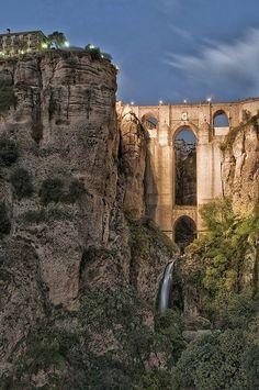 """Il """"Puente Nuevo"""" a Ronda, Spagna. Costruito tra il 1759 e il 1793 è situtato tra una gola di 100 metri di profondità. In conci di pietra e con una camera sotto l' arco centrale utilizzata in passato anche come prigione, è chiamato così perchè ha sostituito il precedente ponte crollato nel 1740. «yes im good :) don't worry I'm not upset or hurt haha, it was just a lot of misunderstandings :( I didn't like it at all haha. But we good now :D»"""