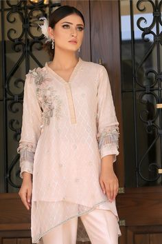 Peach sequined embroidered double layered top with flower and pearl embroidery on neckline. Stylish Dress Book, Stylish Dresses, Fancy Dress Design, Dress Designs, Pakistani Dresses, Indian Dresses, Mehndi Fashion, Mehndi Style, Gold Bedroom