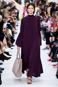 Valentino Spring 2020 Ready-to-Wear Collection - Vogue Catwalk Fashion, Vogue Fashion, Fashion 2020, Hijab Fashion, Fashion Brands, Fashion Week Paris, Spring Fashion Trends, Valentino, Couture Mode