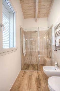 Casa in legno Villa Conti: Bagno in stile in stile Moderno di Progettolegno srl