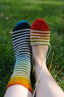 Basic toe-up pattern for 2 euro. Love the gradient broken up with white stripes!
