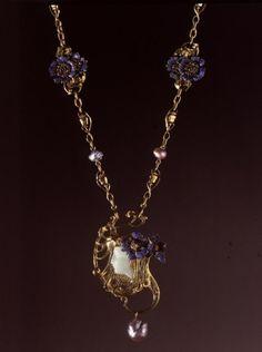 René Lalique (1860-1945). Fleurs et capsules de pavot. C. 1898-1899. Or, perles baroques, émail. Les Arts Décoratifs - Paris - France
