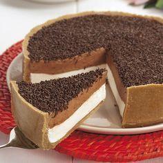 Tarte-brigadeiro  INGREDIENTES BASE 300 g de bolacha maria moída 175 g de Manteiga derretida RECHEIO: 6 dl de natas 6 folhas de gelatina 1 lata de leite condensado 3 c. de (sopa) de cacau DECORAÇÃO: chocolate granulado q.b.  PREPARAÇÃO Numa tigela, misture a bolacha moída com a manteiga derretida e amasse bem. Disponha … Cheesecake Recipes, Dessert Recipes, Cupcake Cakes, Cupcakes, Delicious Desserts, Yummy Food, Tumblr Food, Portuguese Recipes, Yummy Cakes