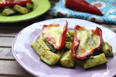 Low Carb Rezepte von Happy Carb: Paprika-Mozzi auf Pesto-Zucchinis.