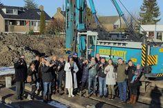 vrijdag 6 februari eerste (en laatste) paal gelagen eerste 6 woningen fase 3 Nesserdijk door wethouder Isabella Diks