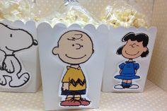 Adorables cajas se pueden utilizar para las palomitas, dulces u otra parte favorece para una fiesta de cumpleaños muy especial! Se puede hacer con todos los diseños mostrados, o simplemente tu favorito!  Las bolsas y lazos de torcedura se incluyen con las cajas, pero no las palomitas de maíz.  Hay 10 cajas, bolsas y lazos de torcedura por el sistema. Si usted necesita más por favor, haga clic en el botón cantidad.  Las cajas de medida 3 x 3 x 4 alto y disponible en blanco, rosado, brillante…