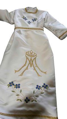 religioso vestido de blanco con gorro rojo