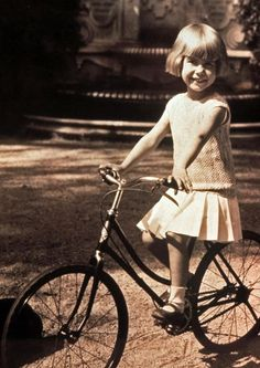 Cayetana, Duchess of Alba. Colorful Pictures, Old Pictures, Black White Photos, Black And White, Spain History, Vintage Cycles, Good Old Times, Man Child, Foto Pose