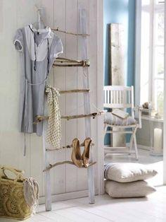 Aus zwei Dachlatten und gesammelten Stöckern wird im heimischen Flur eine Aufbewahrung für Schuhe, Jacken oder Schals.