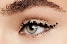 Still struggling to draw the perfect cat eye? This foolproof gel eyeliner makes it easy to master the winged eyeliner look. How To Do Winged Eyeliner, Winged Eyeliner Tutorial, Simple Eyeliner, Eyeliner Looks, Best Eyeliner, Winged Liner, Eyeliner Pen, Cat Eye Makeup, Eye Makeup Tips
